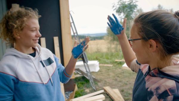 Lina (li.) und Alida (re.) haben die Hände blau. Aber geht die Farbe auch wieder ab?   Rechte: MDR/Cine Impuls Leipzig