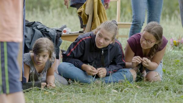 Carlotta, Lina und Alida warten ganz gespannt auf die große Abschieds-Show. | Rechte: MDR/Cine Impuls Leipzig