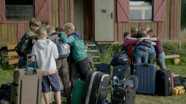 Abschied tut weh - deshalb gibt es noch einmal eine dicke Gruppenumarmung. | Rechte: MDR/Cine Impuls Leipzig