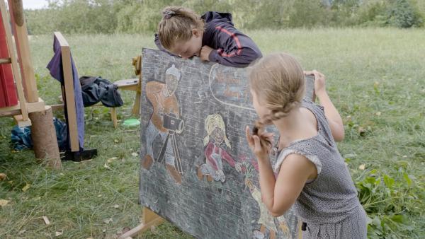 Ein kleines Kunstwerk hat Camp-Papa Thomas gezeichnet - finden jedenfalls Lina und Carlotta. | Rechte: MDR/Cine Impuls Leipzig