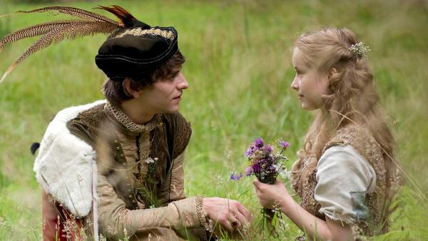Der König (Jonas Jägermeyr) macht dem Schwesterchen (Odien Johne) einen Heiratsantrag (Quelle: MDR/Antje Dittmann) | Rechte: MDR/Antje Dittmann