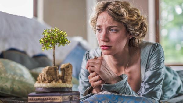 Die Prinzessin (Jytte-Merle Böhrnsen) sehnt sich nach dem singenden, klingenden Bäumchen. (Quelle: rbb/Theo Lustig) | Rechte: rbb/Theo Lustig