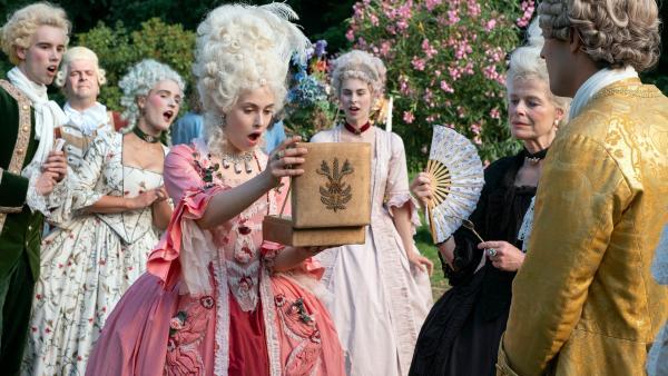 Prinzessin Aurora (Josefine Voss) freut sich über Prinz Lazlos (Moritz Lehmann) Geschenk (Quelle: rbb/Michael Rahn) | Rechte: rbb/Michael Rahn