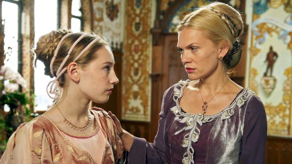 An ihrem 15. Geburtstag beginnt die Prinzessin (Lotte Flack) einen Streit mit ihrer Mutter (Anna Loos); Quelle: SWR/Walter Wehner   Rechte: SWR/Walter Wehner
