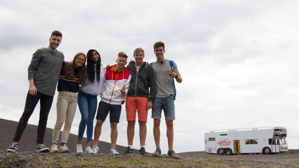 Yusuf, Lynn, Eyleen, Dario (Musiker), Benjamin, Franz neben dem Wohnmobil in der Halde Haniel | Rechte: ZDF/Felix Kost