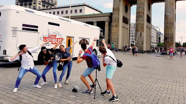 Yusuf, Eyleen, Lynn, Franz und Benni endlich am Ziel: das Brandenburger Tor in Berlin. | Rechte: ZDF/André Conrads