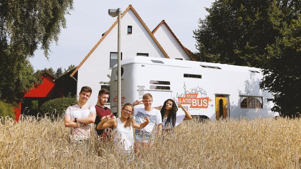 Franz, Yusuf, Benni und Eyleen sind gerade angekommen in Lynns Heimat Ahrbeck. | Rechte: ZDF/André Conrads