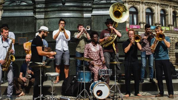 Eine Big-Band vor der Semperoper in Dresden. | Rechte: © ZDF/Felix Kost
