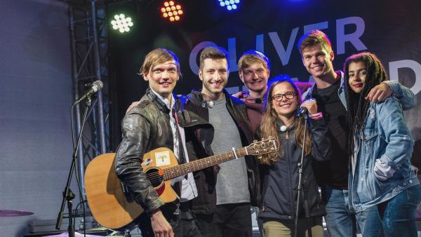 Am Ende des Abschlussabends sind alle zusammen mit dem Songwriter Oliver Gottwald auf der Bühne. | Rechte: © ZDF/Felix Kost