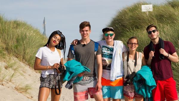 Eyleen, Franz, Benni, Lynn und Yusuf (v.l.) sind an der Ostsee angekommen. | Rechte: ZDF/Felix Kost