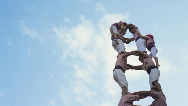 Castells sind Ainhoas große Leidenschaft. Castells ist eine Tradition aus Catalunya / Spanien, bei der ein Team aus 70 Leuten einen Menschenturm (Castell) errichtet, dessen Spitze 4 Kinder bilden, mehr als 10m über dem blanken Boden. | Rechte: ZDF/EBU