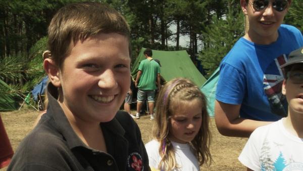 Karlo möchte vollwertiges Mitglied der Boy Scouts werden. Dafür muss er 24 Stunden schweigen, darf 24 Stunden nichts essen und muss 12 Stunden alleine im Wald bleiben. | Rechte: ZDF/EBU