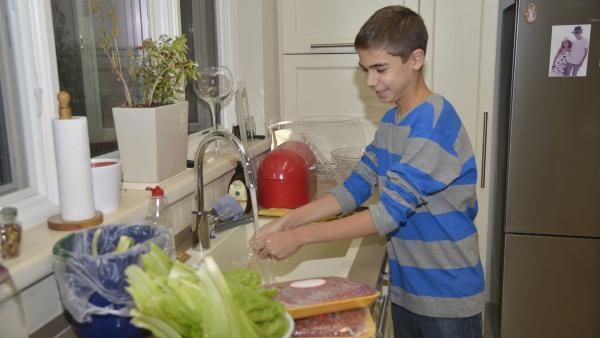 Noam möchte eine Party geben. Er kocht gerne und möchte seine Mitschüler dazu einladen, um sie mit dem perfekten Burger zu überraschen. | Rechte: ZDF/EBU/IBA Israel