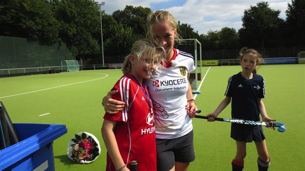 Seit dem fünften Lebensjahr spielt Greta Hockey. In diesem Jahr will sie auf jeden Fall einen großen Sieg mit nach Hause bringen. Dafür hat Greta ein Spezialtraining mit der Olympiasiegerin und Europameisterin Franziska Hauke organisiert. | Rechte: ZDF/EBU