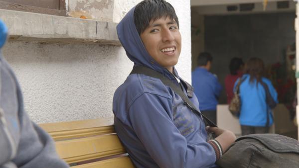 Juan Carlos lebt in Bolivien und arbeitet auf dem Friedhof. Das ist sein Job, denn er ist ein Kinderarbeiter. | Rechte: ZDF/EBU