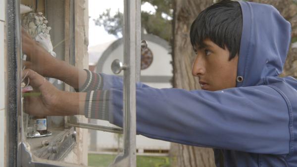 Juan Carlos lebt in Bolivien und arbeitet auf dem Friedhof. Das ist sein Job, denn er ist ein Kinderarbeiter.   Rechte: ZDF/EBU