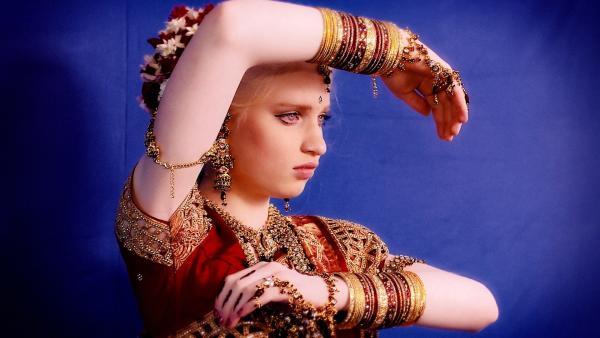 Lisa darf sich auf dem SAMETY VITAY-Fest wie eine indische Prinzessin kleiden. | Rechte: ZDF/Screenshot
