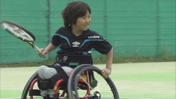 Ryotaro sitzt im Rollstuhl beim Tennismatch und erwartet den Ball seines Bruders. | Rechte: ZDF/Mari Kogure