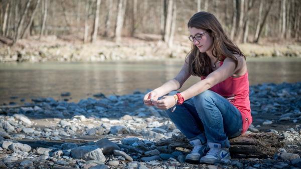 Corinne sitzt gedankenverloren am Fluss: Wem mag sie sich anvertrauen? | Rechte: ZDF/Kiliam Blees