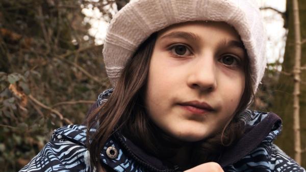 Yael, 10 Jahre, lebt in Bern. Sie will das kleine Wäldchen in ihrer Siedlung retten, das wegen einer neuen Tramlinie weg soll. | Rechte: ZDF/Ilona Stämpli