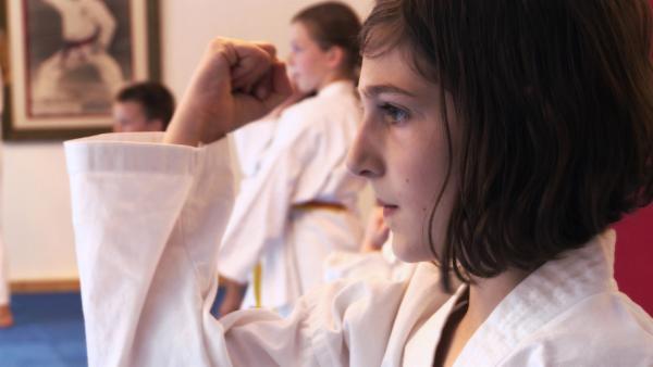 Yael trainiert für ihre erste Karate-Prüfung.   Rechte: ZDF/Ilona Stämpli
