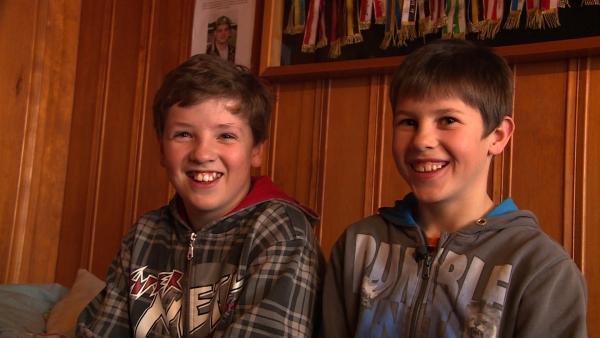 Fabian (rechts) und sein Zwillingsbruder Adrian. Sie ringen beide leidenschaftlich gerne. | Rechte: ZDF/Ilona Stämpfli