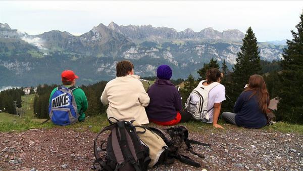 Wohlverdiente Picknickpause nach der anstrengenden Bergtour. Gemeinsame Ausflüge stehen auch auf dem Plan im Abnehm-Camp. | Rechte: ZDF/Ilona Stämpfli