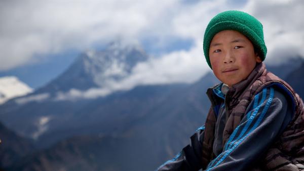 Tsering lebt im Himalaja am Fuße des Mount Everest. Bergführer für Expeditionen zu diesem höchsten Gipfel der Welt zu werden, ist sein großer Traum. | Rechte: ZDF/Florian Foest