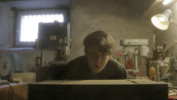 Viktor plant ein Überlebenstraining. In seinem Koffer hat er das Wichtigste verstaut, was man zum Überleben überhaupt benötigt. | Rechte: ZDF/Duro Gavran