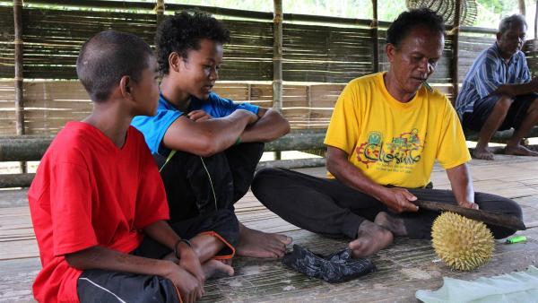 Der Wald versorgt die Dorfbevölkerung mit Nahrung, die Jungen lernen von den Älteren, was man essen kann und wie man es zubereitet. | Rechte: ZDF/Katja Engelhardt