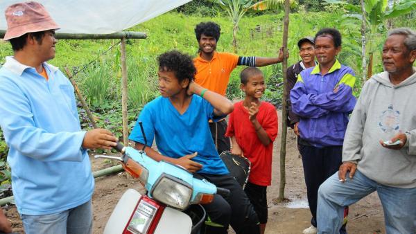 Mit dem Motorroller wollen Akee und sein Onkel einen Ausflug zu den großen Palmöl-Plantagen machen. | Rechte: ZDF/Katja Engelhardt