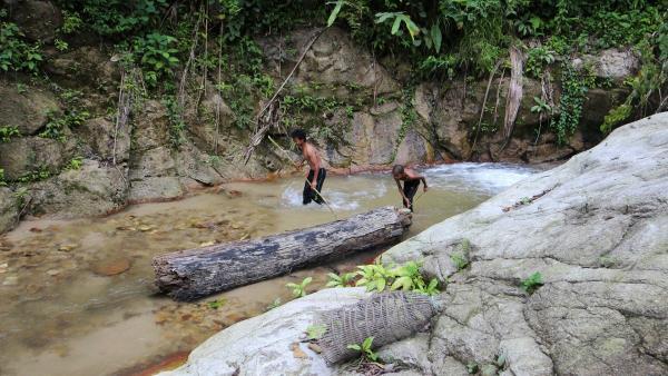 Akee und Siba gehen regelmäßig zum Fischen in den nah gelegenen Fluss. | Rechte: ZDF/Katja Engelhardt