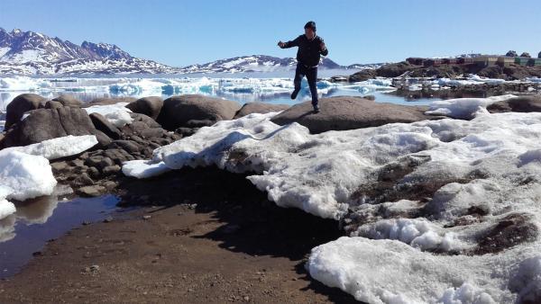 Ivik lernt in seiner ersten Jagdsaison von seinem Vater, wann er das vereiste Wasser im Fjord betreten darf und wann nicht. | Rechte: ZDF/Juliette Planitzer