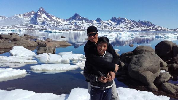 Ivik lernt von seinem Vater alles, was er für die Jagd in Grönland wissen muss. Sein Vater zeigt ihm zum Beispiel, wie man den Hundeschlitten fährt und wie man richtig schießt. | Rechte: ZDF/Juliette Planitzer