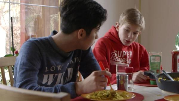 Ibrahim erzählt Jeremia von seiner Flucht von Syrien nach Deutschland. | Rechte: ZDF/Tobias Tempel