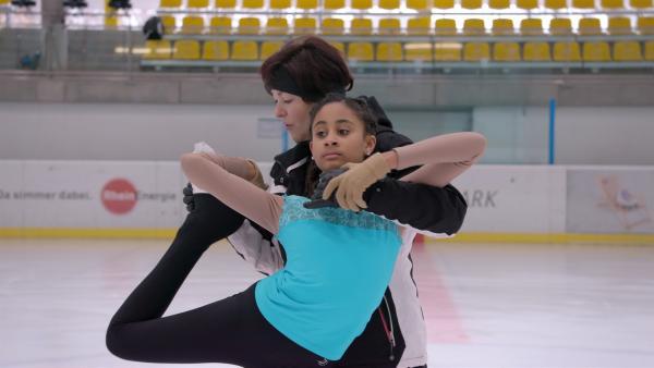 Sechs Mal die Woche trainiert Mekdelawit. Beim anstehenden Domturnier will sie eine gute Figur auf dem Eis machen. | Rechte: ZDF/Florian Lipp