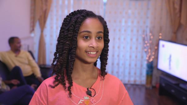 Von ihren Eltern lernt Mekdelawit Amharisch, damit sie sich auch mit ihrer Großmutter in Äthiopien unterhalten kann. | Rechte: ZDF/Florian Lipp