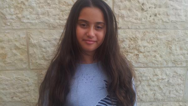 Die 11jährige Kelly aus Jerusalem liebt ihre wunderschönen langen Haare sehr. Doch sie denkt darüber nach, ob sie die Haare abschneiden lässt – für einen guten Zweck. | Rechte: ZDF/Tami Harel