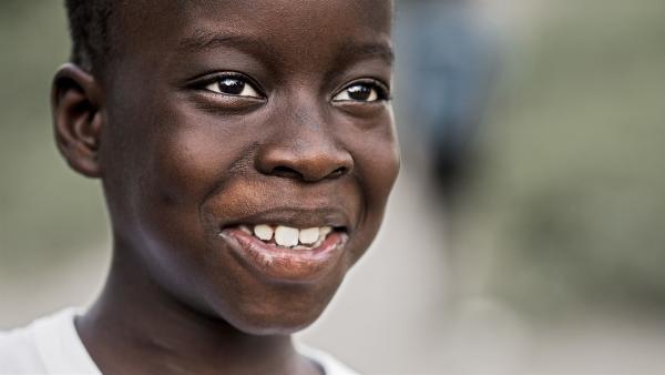 Samba freut sich, wieder bei seiner Familie in Äthiopien zu sein. Er ist wieder gesund und muss nur noch zu Nachuntersuchungen ins Krankenhaus. | Rechte: ZDF/Peer Schröder