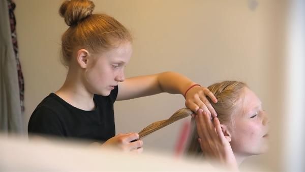 Paula kann sich kaum vorstellen, ein halbes Jahr ohne ihre Schwester Lene zu sein. | Rechte: ZDF/Florian Lippke