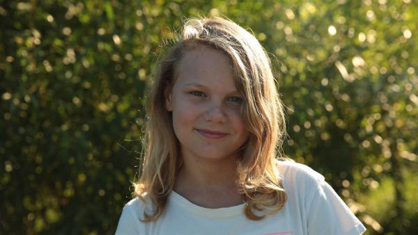 Florentine (12) findet ihr Leben super. Viele Geschwister, beste Freundinnen und ein tolles Zuhause auf dem Land. Von heute auf Morgen wird alles anders, denn ein Feuer zerstört das ganze Haus. | Rechte: ZDF/Anabel Münstermann