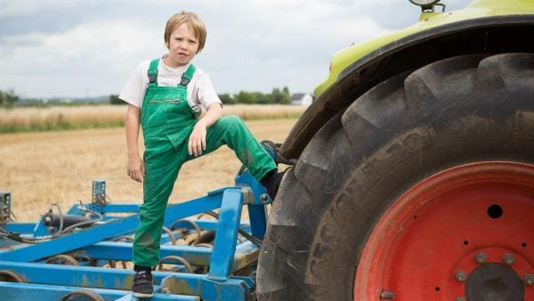 Justus packt auf dem Bauernhof mit an. | Rechte: ZDF/ Ingo Hattendorf