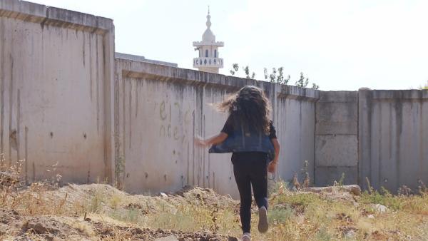 Bisan lebt in Israel in einem jüdischen Stadtteil. Ihre beste Freundin lebt im arabischen Stadtteil auf der anderen Seite der Mauer. | Rechte: ZDF/Shay Cohen
