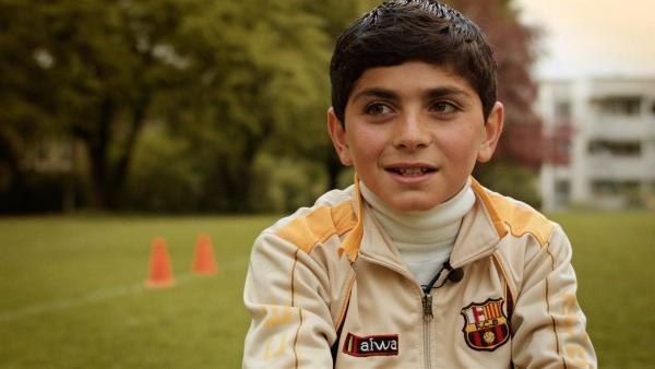 Ayham kommt aus Syrien und lebt nun in der Schweiz. Alles ist neu und ganz anders. Am liebsten würde er zurückgehen nach Syrien - bis ihn Jungs zum Fußballspielen einladen. | Rechte: ZDF/Marek Beles