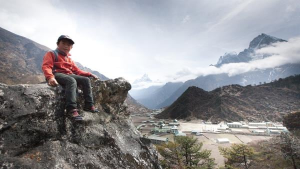 Tsering vor den höchsten Bergen der Welt. | Rechte: ZDF/Florian Foest