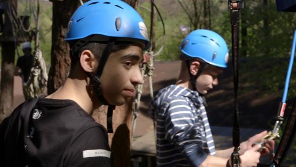 Ibrahim und Jeremia besuchen einen Kletterwald in Österreich. Das geht nur, weil Ibrahim endlich seinen Pass erhalten hat, mit dem er verreisen darf! | Rechte: ZDF/Tobias Tempel