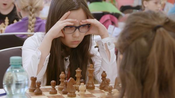 Wer Schachmeisterin werden will, muss sich konzentrieren können: die zehnjährige Hannah bei der Deutschen Meisterschaft. | Rechte: ZDF/Florian Lippke