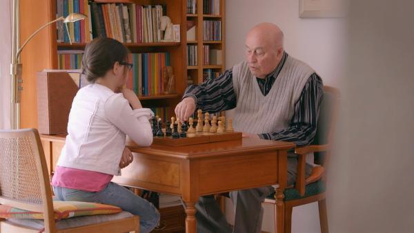 Wie der Opa, so die Enkelin: Hannah lernt von ihrem Großvater, einem ehemaligen Schachgroßmeister aus Russland, die besten Tricks und Fallen. | Rechte: ZDF/Florian Lippke