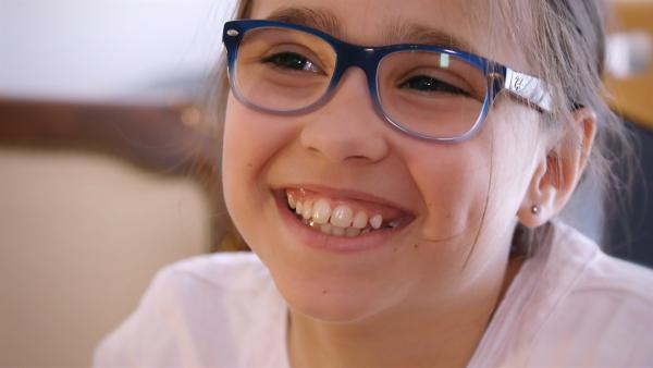 Hannah ist zwar ein stilles Kind, aber trotzdem fröhlich - vor allem, wenn sie mal wieder jemanden schachmatt gesetzt hat. | Rechte: ZDF/Florian Lippke