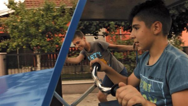 Karlo sitzt in seinem selbstgebauten Auto und startet den ersten Versuch. Es fährt, Karlo ist sehr glücklich. | Rechte: ZDF/Djuro Gavran
